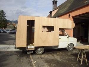 Ici se trouve la photo du camping-car pendant les travaux de restauration